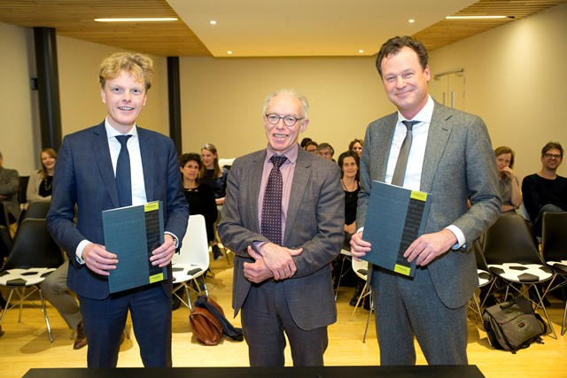 v.l.n.r.: Willem Wiegersma en Frans van den Broek d'Obrenan van de Raad van Bestuur Sophia Revalidatie, en Leonard Geluk, College van Bestuur De Haagse Hogeschool, na de ondertekening van de overeenkomst.